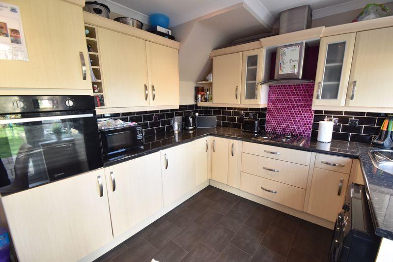 2 bedroom  to buy in Third Avenue, Luton - Photo 6