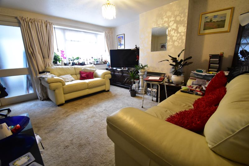 3 bedroom Mid Terrace to buy in Butely Road, Luton - Photo 3