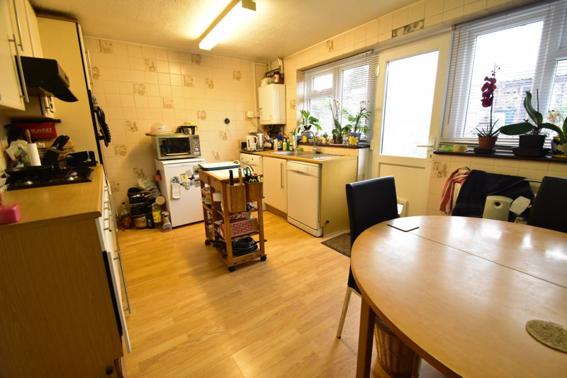 3 bedroom Mid Terrace to buy in Butely Road, Luton - Photo 16