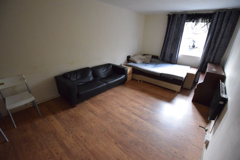 2 bedroom Flat to buy in Downs Road, Luton - Photo 4