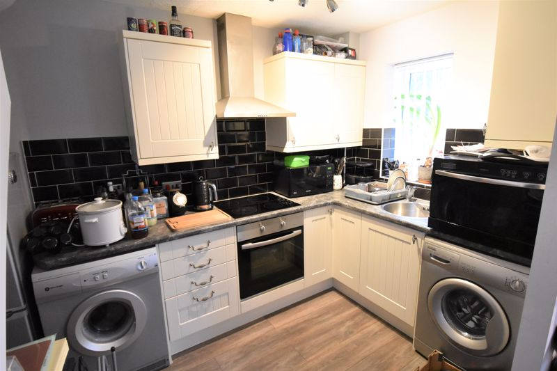 1 bedroom Mid Terrace to buy in Howard Close, Luton - Photo 2