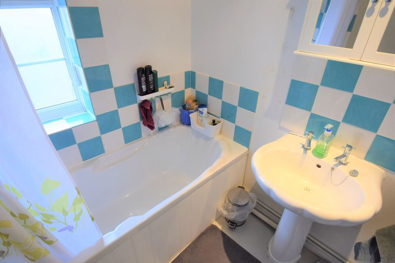 1 bedroom Mid Terrace to buy in Howard Close, Luton - Photo 8