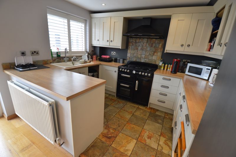 3 bedroom Semi-Detached  to buy in Turnpike Drive, Luton - Photo 2