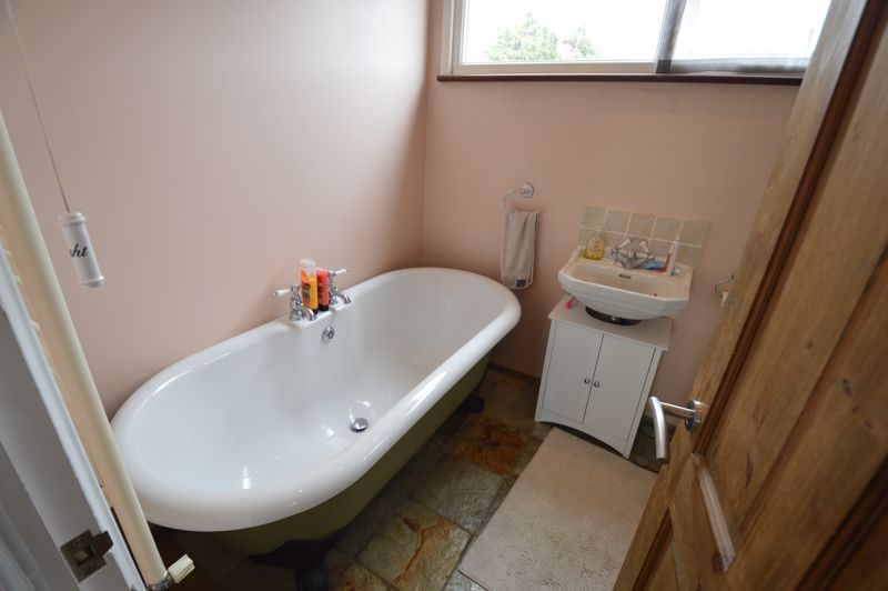 3 bedroom Semi-Detached  to buy in Turnpike Drive, Luton - Photo 10