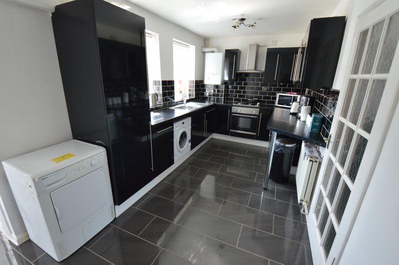 3 bedroom Mid Terrace to buy in Solway Road North, Luton - Photo 5