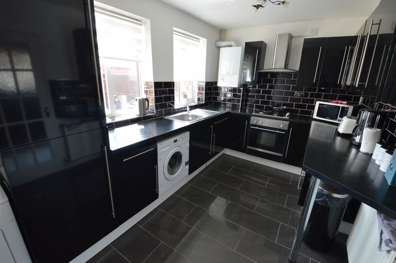 3 bedroom Mid Terrace to buy in Solway Road North, Luton - Photo 6