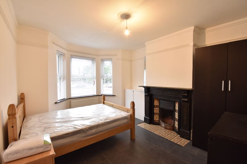 4 bedroom Mid Terrace to rent in Windmill Road, Luton - Photo 2
