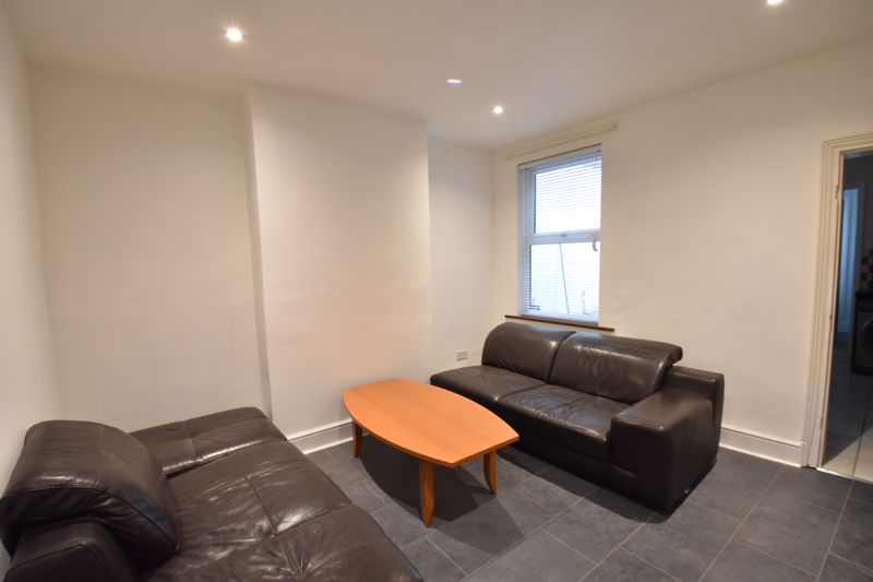 4 bedroom Mid Terrace to rent in Windmill Road, Luton - Photo 4