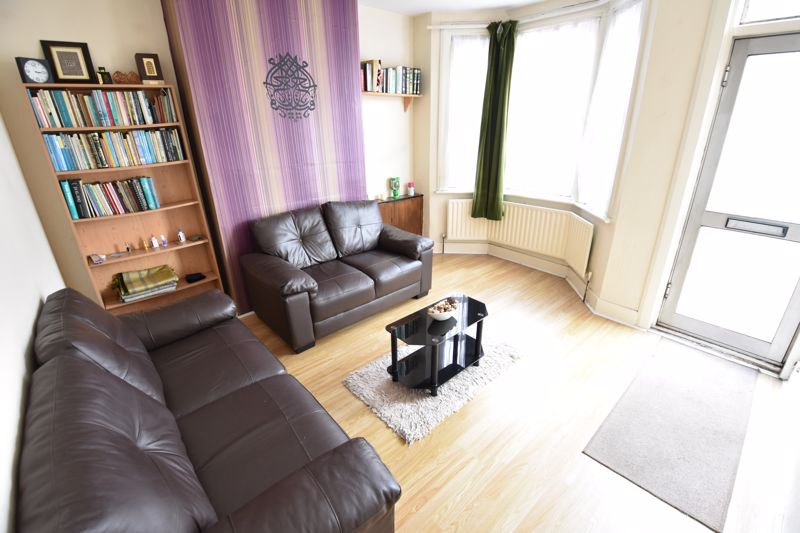 3 bedroom Mid Terrace to buy in Spencer Road, Luton - Photo 2