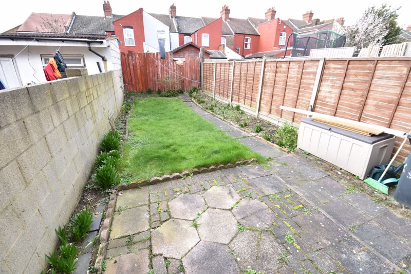 3 bedroom Mid Terrace to buy in Spencer Road, Luton - Photo 8