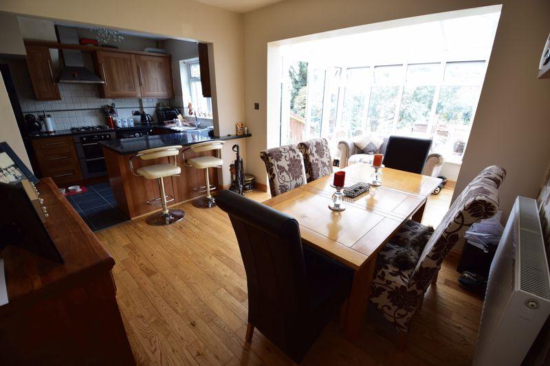 3 bedroom Mid Terrace to buy in Wilsden Avenue, Luton - Photo 4