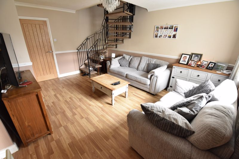 4 bedroom Semi-Detached  to buy in Repton Close, Luton - Photo 1