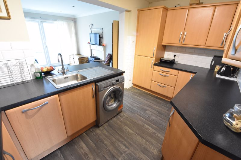 4 bedroom Semi-Detached  to buy in Repton Close, Luton - Photo 3