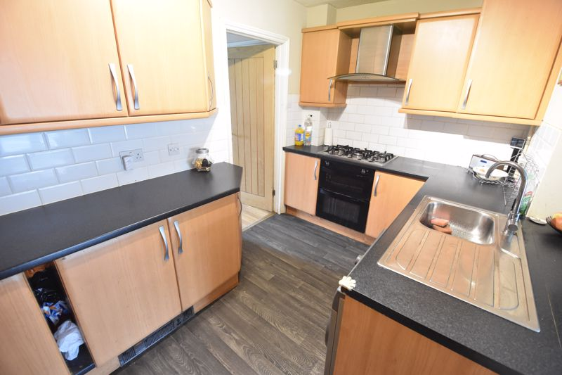 4 bedroom Semi-Detached  to buy in Repton Close, Luton - Photo 4