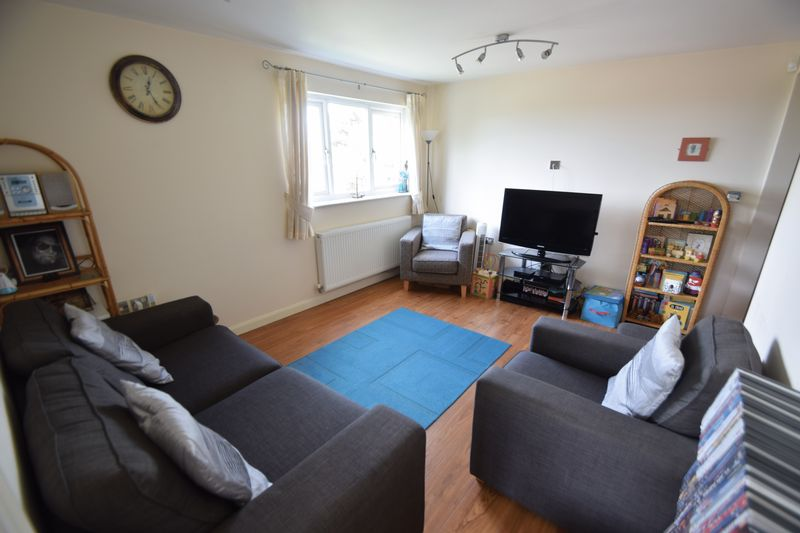 2 bedroom Flat to buy in Treetop Close, Luton - Photo 3