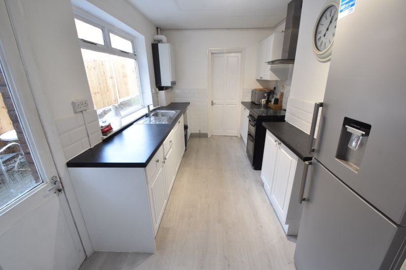 3 bedroom Mid Terrace to buy in Windmill Road, Luton - Photo 4
