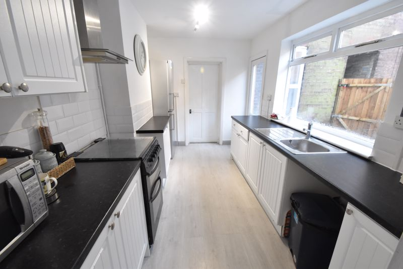 3 bedroom Mid Terrace to buy in Windmill Road, Luton - Photo 6