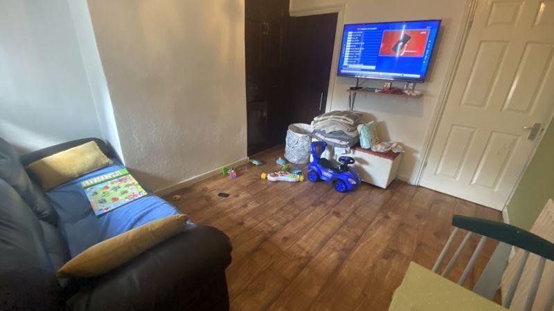 2 bedroom Mid Terrace to buy in Hartley Road, Luton - Photo 2