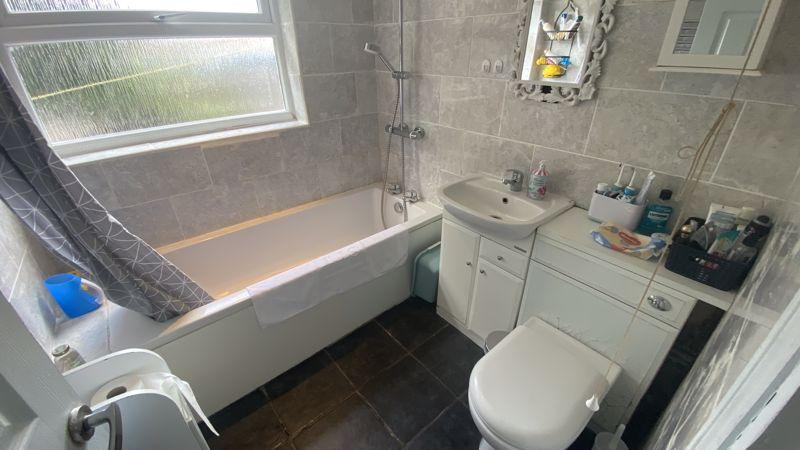 2 bedroom Mid Terrace to buy in Hartley Road, Luton - Photo 4