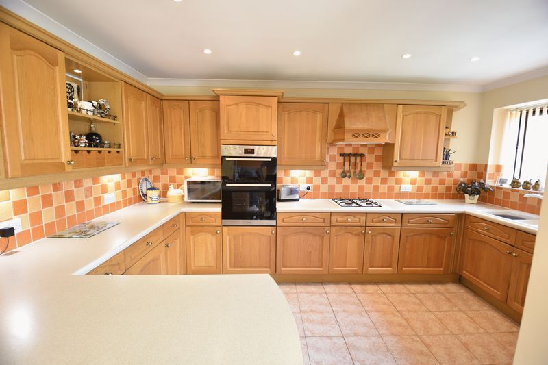 4 bedroom Detached  to buy in Lippitts Hill, Luton - Photo 1