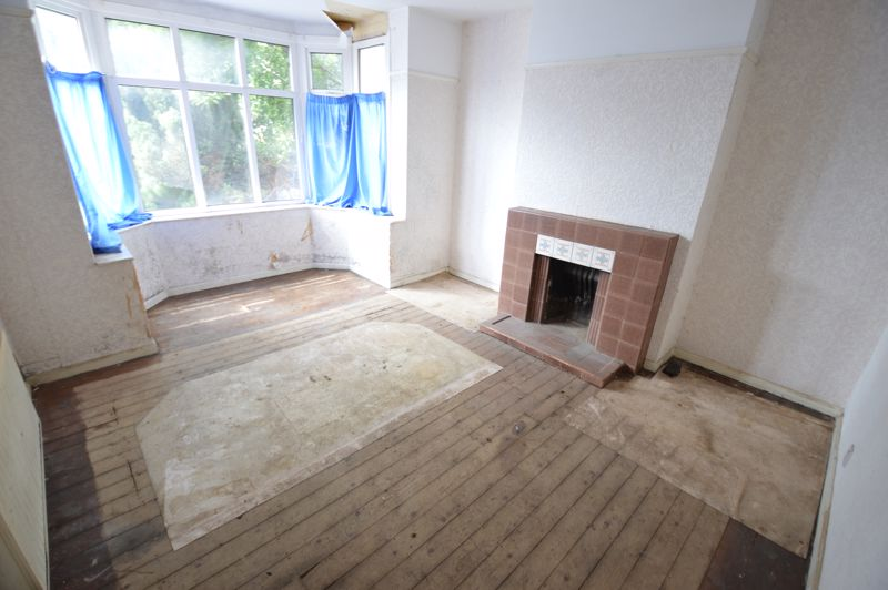 3 bedroom Semi-Detached  to buy in Clevedon Road, Luton - Photo 2