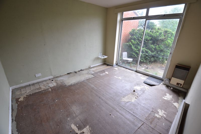 3 bedroom Semi-Detached  to buy in Clevedon Road, Luton - Photo 3