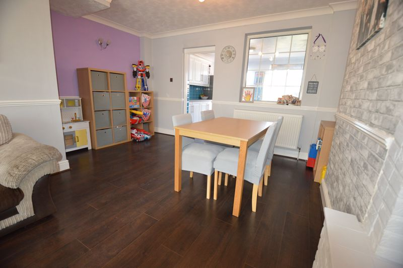 2 bedroom Mid Terrace to buy in Stapleford Road, Luton - Photo 2