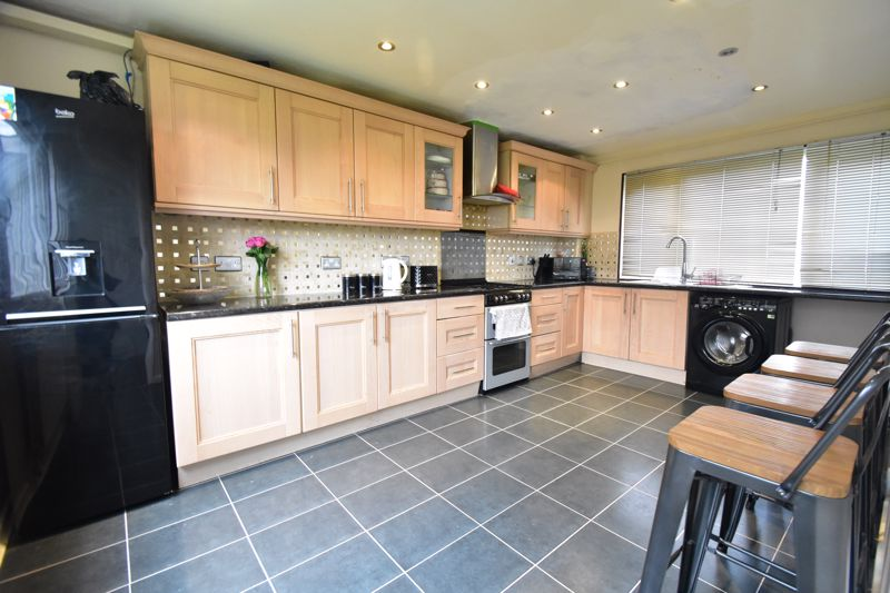 3 bedroom Semi-Detached  to buy in Thrales Close, Luton - Photo 9