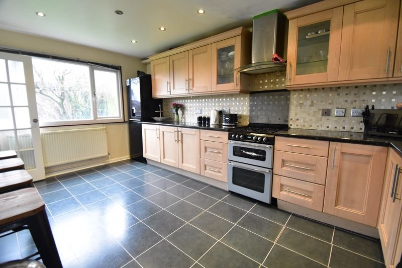 3 bedroom Semi-Detached  to buy in Thrales Close, Luton - Photo 10