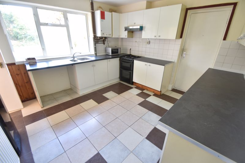 3 bedroom Semi-Detached  to buy in Redferns Close, Luton - Photo 3