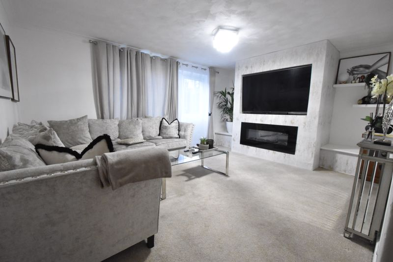 3 bedroom Mid Terrace to buy in Elm Park Close, Dunstable - Photo 14
