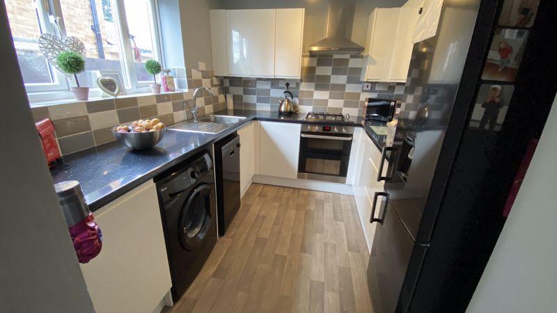 3 bedroom End Terrace to buy in Birdsfoot Lane, Luton - Photo 4