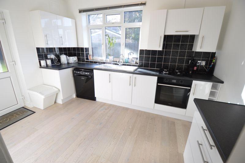 3 bedroom Semi-Detached  to buy in Alwyn Close, Luton - Photo 9