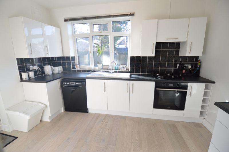 3 bedroom Semi-Detached  to buy in Alwyn Close, Luton - Photo 11