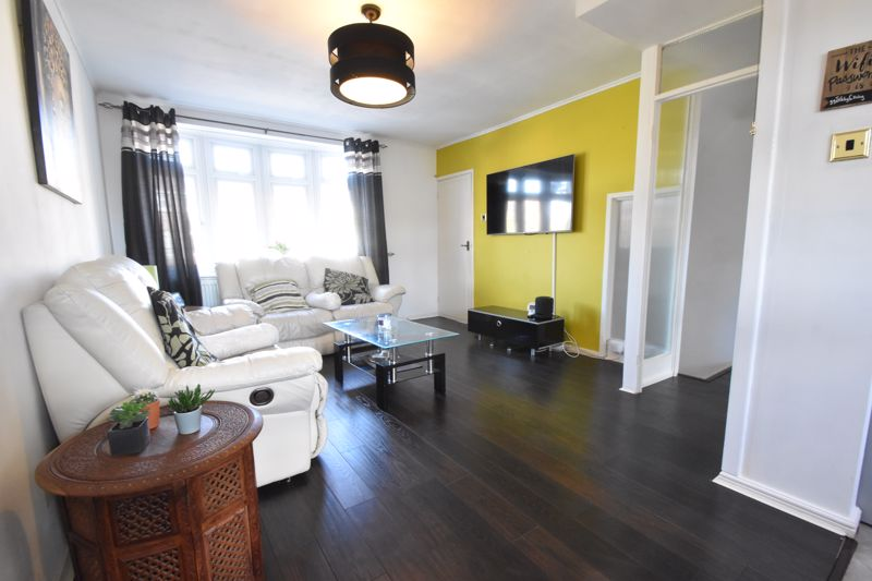 3 bedroom Mid Terrace to buy in Tenby Drive, Luton - Photo 8