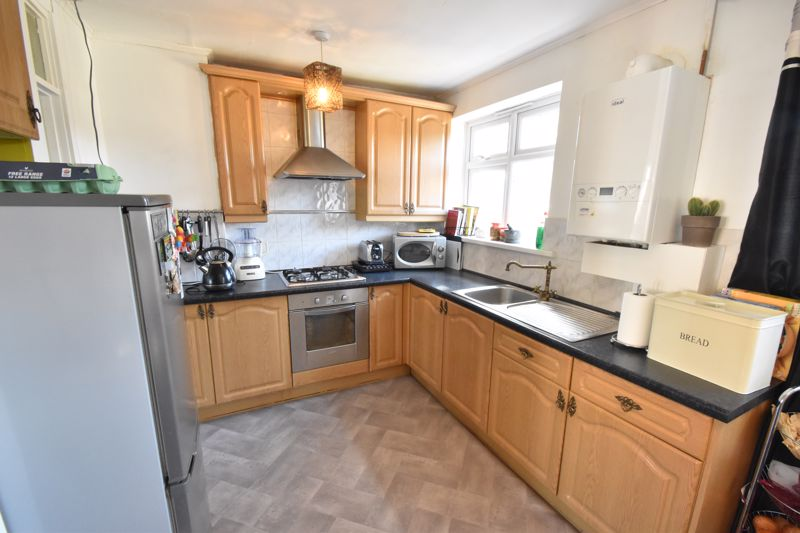 3 bedroom Mid Terrace to buy in Tenby Drive, Luton - Photo 11
