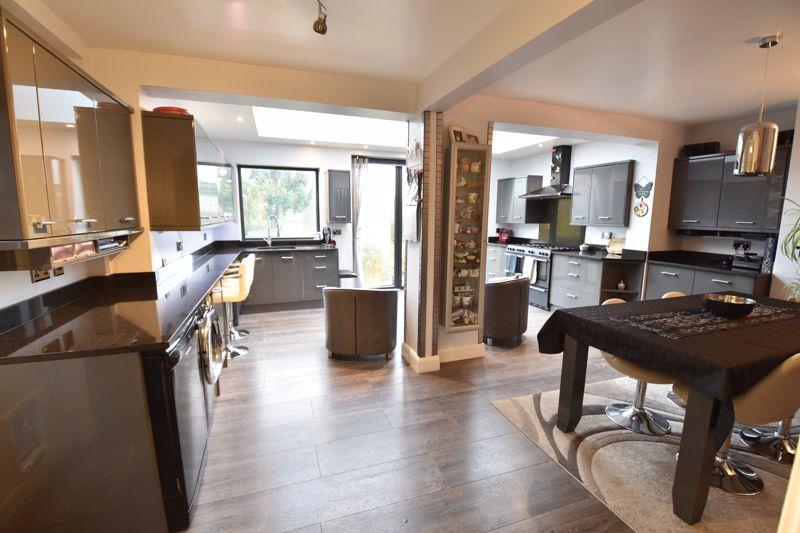 3 bedroom  to buy in Wardown Crescent, Luton - Photo 5