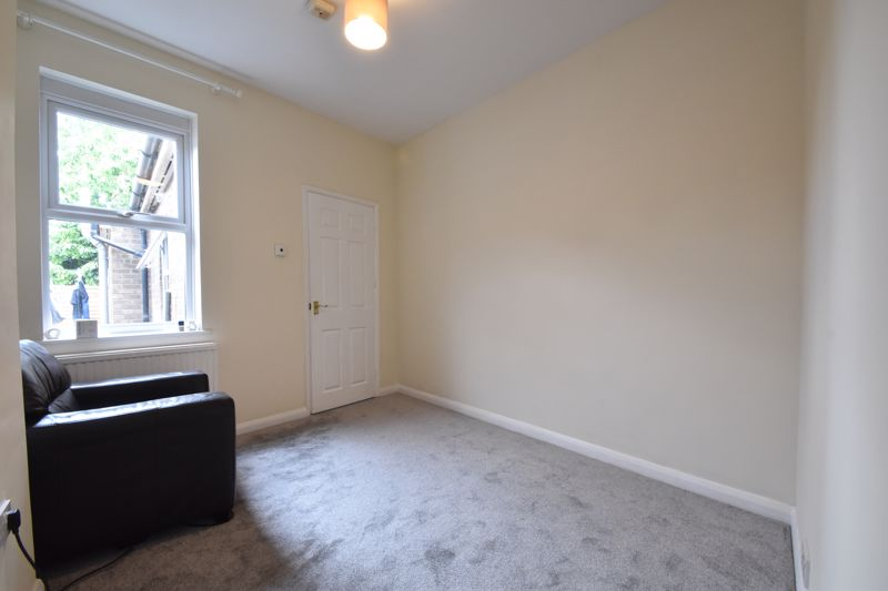 2 bedroom Mid Terrace to buy in Strathmore Avenue, Luton - Photo 4