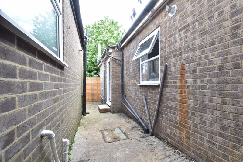 2 bedroom Mid Terrace to buy in Strathmore Avenue, Luton - Photo 16