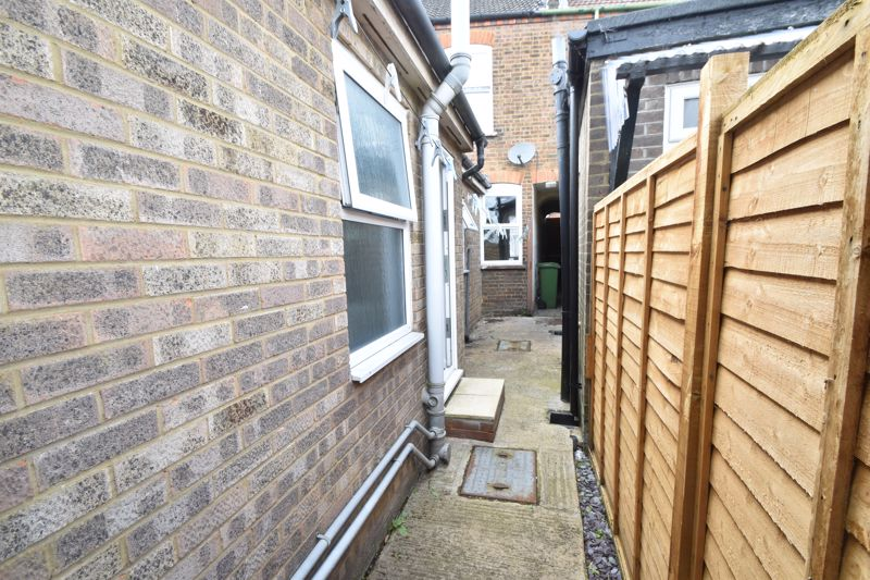 2 bedroom Mid Terrace to buy in Strathmore Avenue, Luton - Photo 19