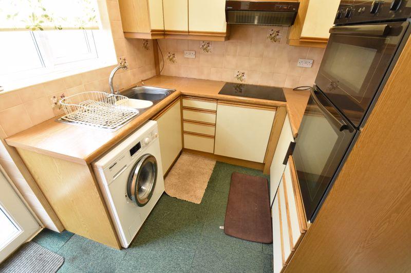 2 bedroom Bungalow to buy in Exton Avenue, Luton - Photo 6