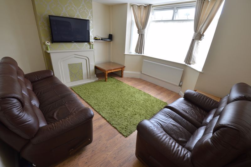 3 bedroom Semi-Detached  to buy in Runfold Avenue, Luton - Photo 1