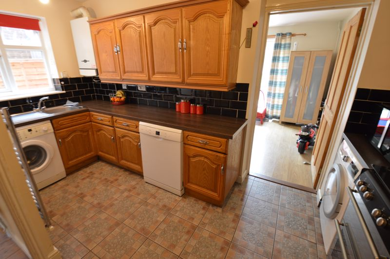3 bedroom Semi-Detached  to buy in Runfold Avenue, Luton - Photo 2