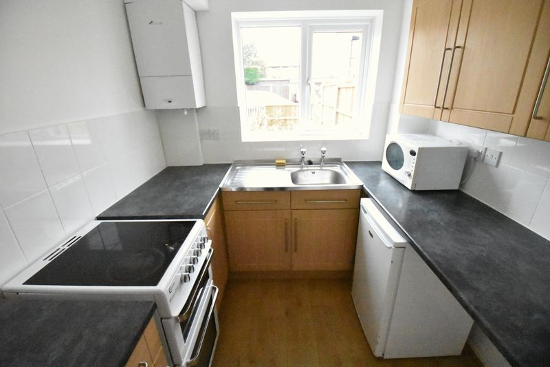 1 bedroom Mid Terrace to rent in Lesbury Close, Luton - Photo 1