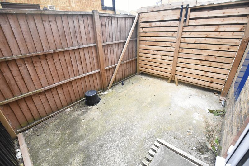 1 bedroom Mid Terrace to rent in Lesbury Close, Luton - Photo 4