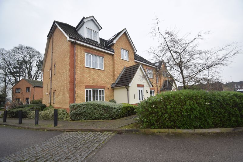 2 bedroom Flat to buy in The Wickets, Luton