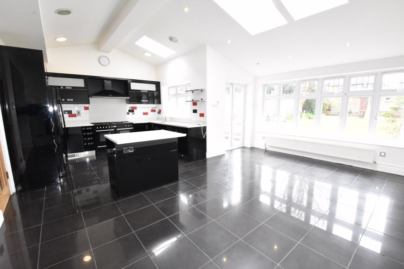 4 bedroom Semi-Detached  to rent in Priory Gardens, Luton - Photo 11