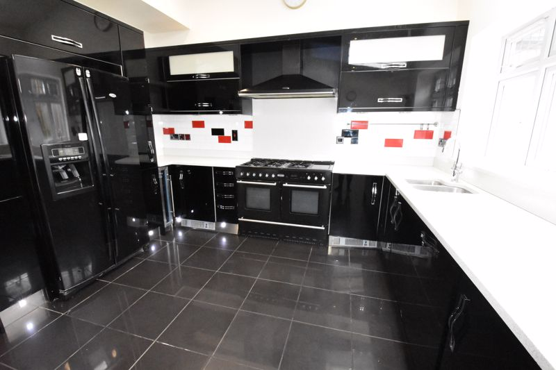 4 bedroom Semi-Detached  to rent in Priory Gardens, Luton - Photo 13