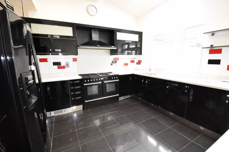 4 bedroom Semi-Detached  to rent in Priory Gardens, Luton - Photo 14