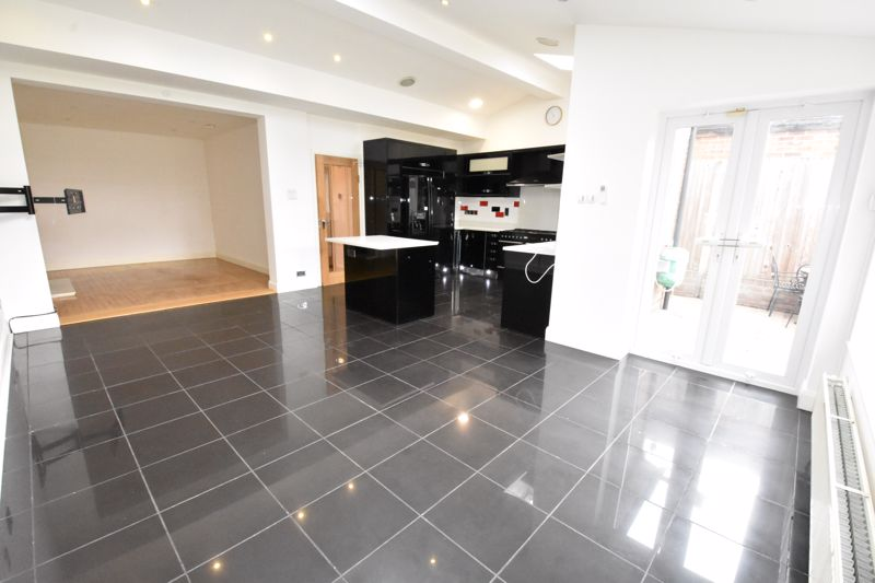 4 bedroom Semi-Detached  to rent in Priory Gardens, Luton - Photo 18